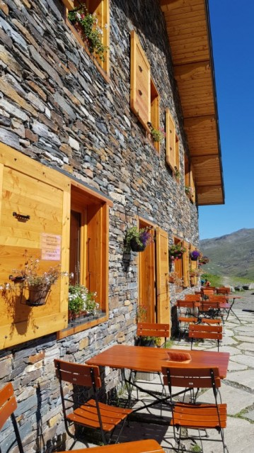 refuge-du-lac-du-lou-ete-refuge-et-terrasse-6203823